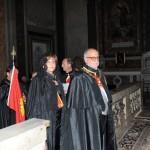 Il Principe Gran Maestro e la Gran Dama mentre raggiungono l'altare